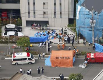 複数の人が刺され、騒然とする現場付近=28日午前8時32分、川崎市多摩区(共同通信社ヘリから)