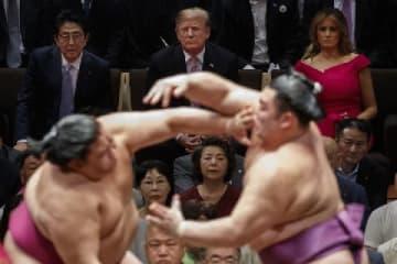 大相撲夏場所千秋楽を観戦するトランプ大統領(写真:AP/アフロ、2019年5月26日、東京両国国技館)