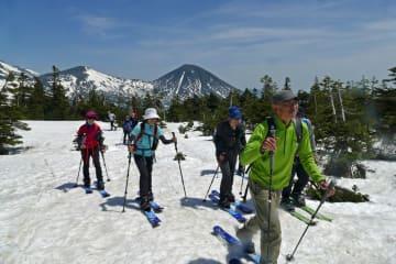 青空の下、スノーハイクで南八甲田の駒ケ峰、櫛ケ峰を目指す参加者