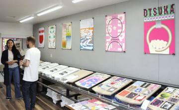 駒込駅のポスターを展示するイベントの様子。印刷工房で過去の作品も展示した=東京都北区