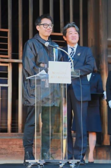 授賞式でのチェン・ラン(左)と野村ホールディングス執行役員の池田肇 - Photo: Xin Tahara