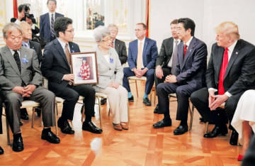 トランプ米大統領(右端)と面会する横田めぐみさんの母早紀江さん(手前左から3人目)ら拉致被害者家族。右から2人目は安倍首相=5月27日午後、東京・元赤坂の迎賓館(AP=共同)