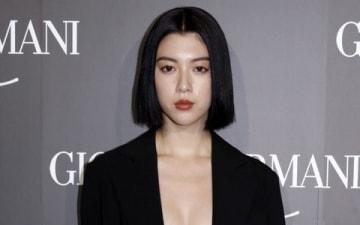 イタリアのファッションブランド「ジョルジオ・アルマーニ」の初のクルーズコレクションに来場した三吉彩花さん