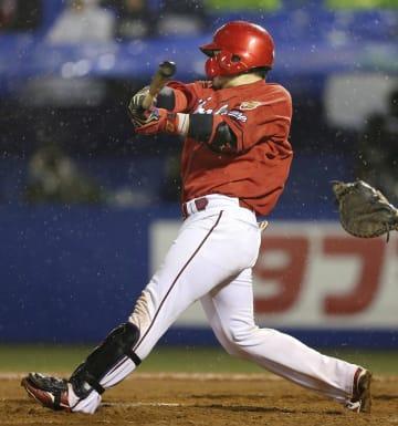 8回広島1死、会沢が中越えにこの試合2本目の本塁打を放つ=神宮