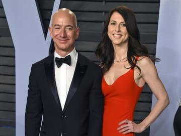 米アマゾン・コム創業者のベゾス氏(左)と離婚を発表したマッケンジーさん=2018年、米カリフォルニア州(AP=共同)