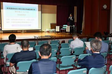 県教育委員会の担当者が骨子案を解説した=川西町農村環境改善センター