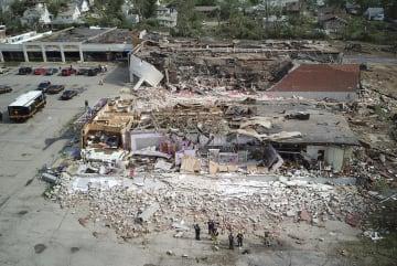 竜巻の被害を受けた商業施設=28日、米オハイオ州(AP=共同)