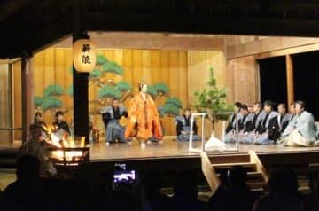 椎崎諏訪神社で毎年開かれている「天領佐渡両津薪能」。能舞台周辺の景観向上にも努めている=佐渡市両津地区