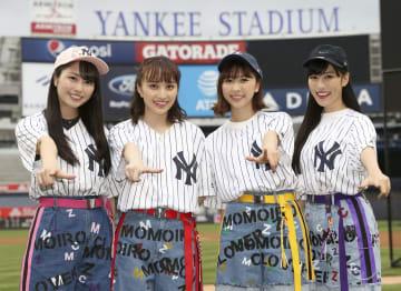 ヤンキースタジアムを訪れポーズをとる「ももいろクローバーZ」のメンバー=ニューヨーク(共同)
