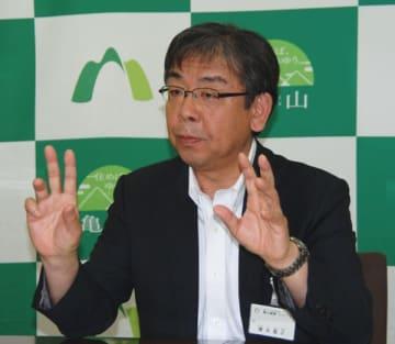 【定例記者会見に臨む櫻井市長=亀山市役所で】