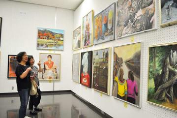 県展が開幕し、作品を鑑賞する来場者=28日午前、県立近代美術館