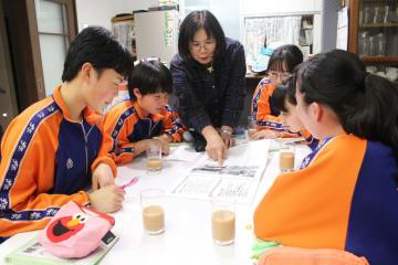 生徒たちに自宅で震災発生当時の避難経験を伝える村上洋子さん