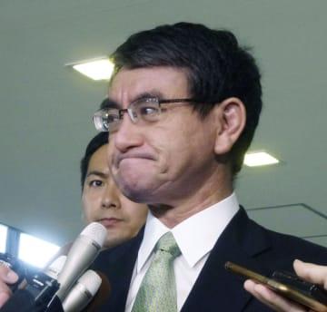 川崎市で起きた殺傷事件で外務省職員の小山智史さんが死亡したことについて「本当に残念だ」と話す河野外相=29日午前、外務省