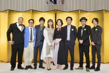 第37回向田邦子賞贈賞式に登場した新垣結衣さん(中央左)や野木亜紀子さんら