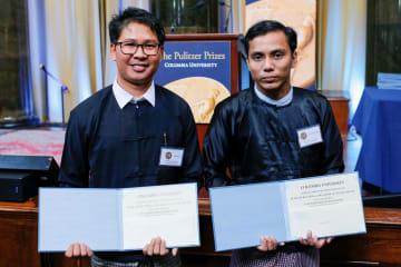 ピュリツァー賞を受賞したロイター通信のワ・ロン記者(左)とチョー・ソー・ウー記者=28日、ニューヨーク(ロイター=共同)