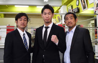 IBF世界ライト級挑戦者決定戦へ、意気込みを見せる中谷正義(中央)