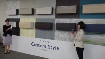木目を中心に、石目、和紙、塗り壁、レザーなど家具や建材に多く採用される質感10種類がそろう