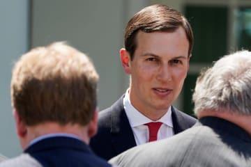 ホワイトハウスで話すクシュナー米大統領上級顧問=16日、ワシントン(ロイター=共同)