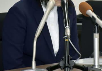 判決後、記者会見する自殺した男性医師の妻=29日午後、広島市