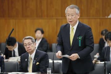 放送法の改正案などを巡って、参院予算委で答弁するNHKの上田良一会長(右)=28日
