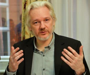 籠城していたロンドンのエクアドル大使館で記者会見に応じる内部告発サイト「ウィキリークス」創設者ジュリアン・アサンジ被告=2014年8月18日(ロイター=共同)