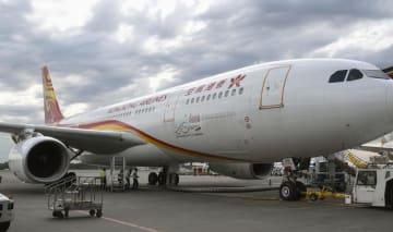 部品欠落が見つかった香港航空608便エアバスA330=29日午後4時47分、成田空港