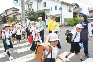 児童の登校を見守る赤磐署員や住民ボランティア