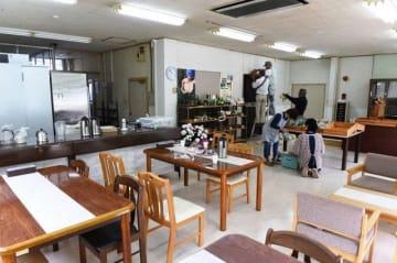 カフェの開店に向けて準備を進める研究会メンバー