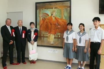母校の長洲中に絵画を寄贈した小宇佐のぶこさん(左から3人目)