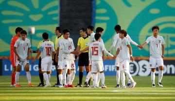 試合終了後に握手する日本の選手たち=29日、ビドゴシチ(ロイター=共同)