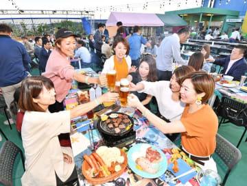 心地よい風を受けながらビールを味わう来場者=5月29日午後6時半ごろ、福井県福井市の西武福井店