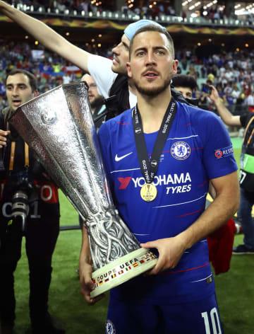 欧州リーグの優勝トロフィーを掲げるチェルシーのアザール=バクー(ゲッティ=共同)