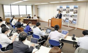 記者会見する杉本達治知事(右奥)=5月28日、福井県庁