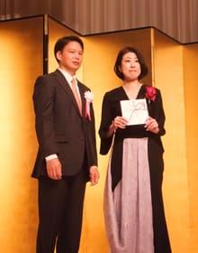 向田邦子賞を贈られた野木さん(右)と奥山社長