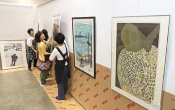 展示作業が進む県展会場=29日、新潟市中央区の朱鷺メッセ
