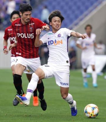 浦和―広島 前半、浦和・鈴木(左)と競り合う広島・森島=埼玉スタジアム