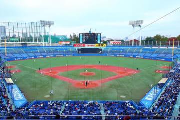 神宮球場(Kakidai氏撮影:Wikimedia Commonsから)