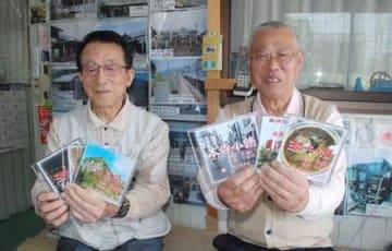 コラボで作ったご当地ソングのCDを手にする長橋正宣さん(左)と西けんじさん=三条市