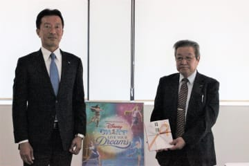 三浦社長(左)から目録を受け取った鈴木園長