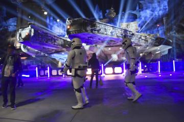 米ディズニーランドの新エリアで再現された映画「スター・ウォーズ」の宇宙船ミレニアム・ファルコン=29日、アナハイム(共同)