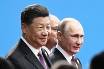 巨大経済圏構想「一帯一路」に関する国際会議の開幕式に臨む中国の習近平国家主席(左)とロシアのプーチン大統領=4月、北京(共同)