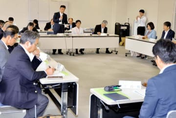 学生らの就職状況を共有した新卒者等人材確保推進本部の2019年度初会合=29日午前、松山市若草町