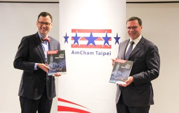 American Chamber of Commerce in Taipei Chairman Leo Seewald (right) presents the business lobby's annual white paper on the island released Wednesday.