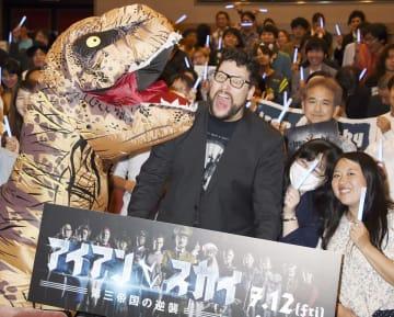 試写会で恐竜とおどけるティモ・ブオレンソラ監督=東京都内