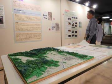 京都市周辺の地形模型(手前)や地理部の活動紹介パネルが並ぶ会場=京都市中京区・京都アスニー