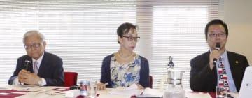 映画「主戦場」の内容に抗議する藤岡信勝氏(左)ら=30日、東京都内