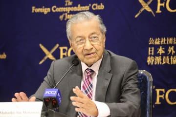 日本外国特派員協会で記者会見するマレーシアのマハティール首相(93)