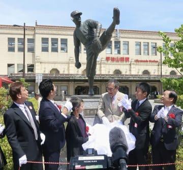 除幕された沢村栄治の銅像=30日午後、三重県伊勢市の近鉄宇治山田駅前広場