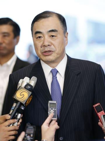 羽田空港に到着し、報道陣の取材に応じる中国の孔鉉佑・新駐日大使=30日午後