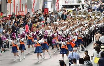 県高校総合文化祭の開幕パレードでマーチングを披露する高校生たち=30日午後、熊本市中央区の新市街アーケード(池田祐介)